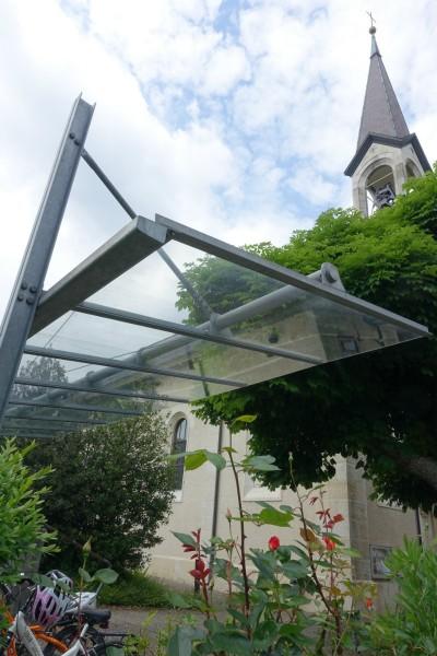 Même l'église offre un toit aux vélos de ses ouailles!