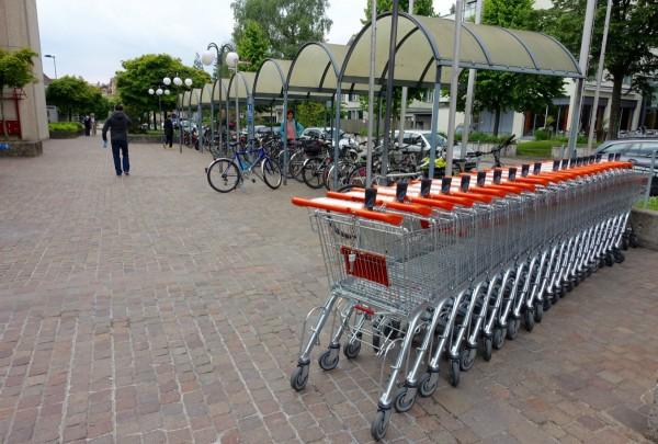 Les caddies stationnés à côté des vélos; pas fréquent, non?