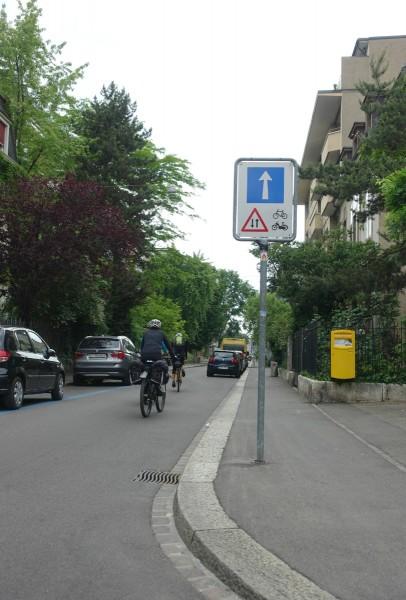 Sens unique... sauf pour les vélos (et cyclomoteurs légers)!